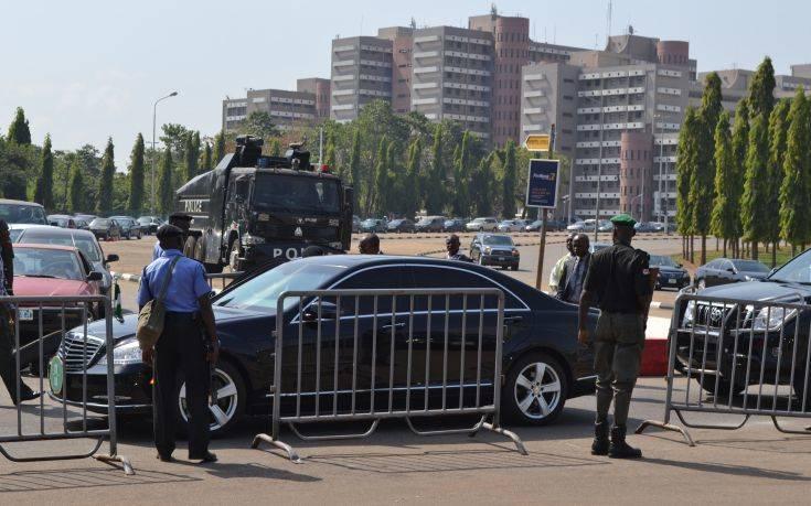 Το σύμβολο της εξουσίας στη Νιγηρία άρπαξαν τρεις άνδρες