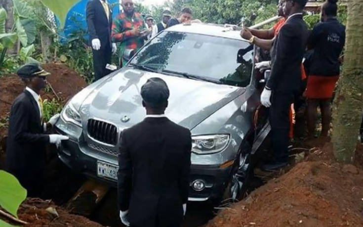 Νιγηριανός θάφτηκε σε BMW αντί για φέρετρο