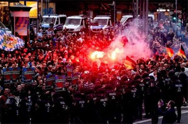 Οι ακροδεξιοί κλιμακώνουν τις κινητοποιήσεις εναντίον της Μέρκελ