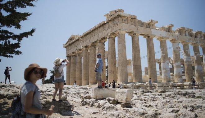 O τουρισμός συνεισέφερε 52,3 δισ. ευρώ στα έσοδα την περίοδο της κρίσης
