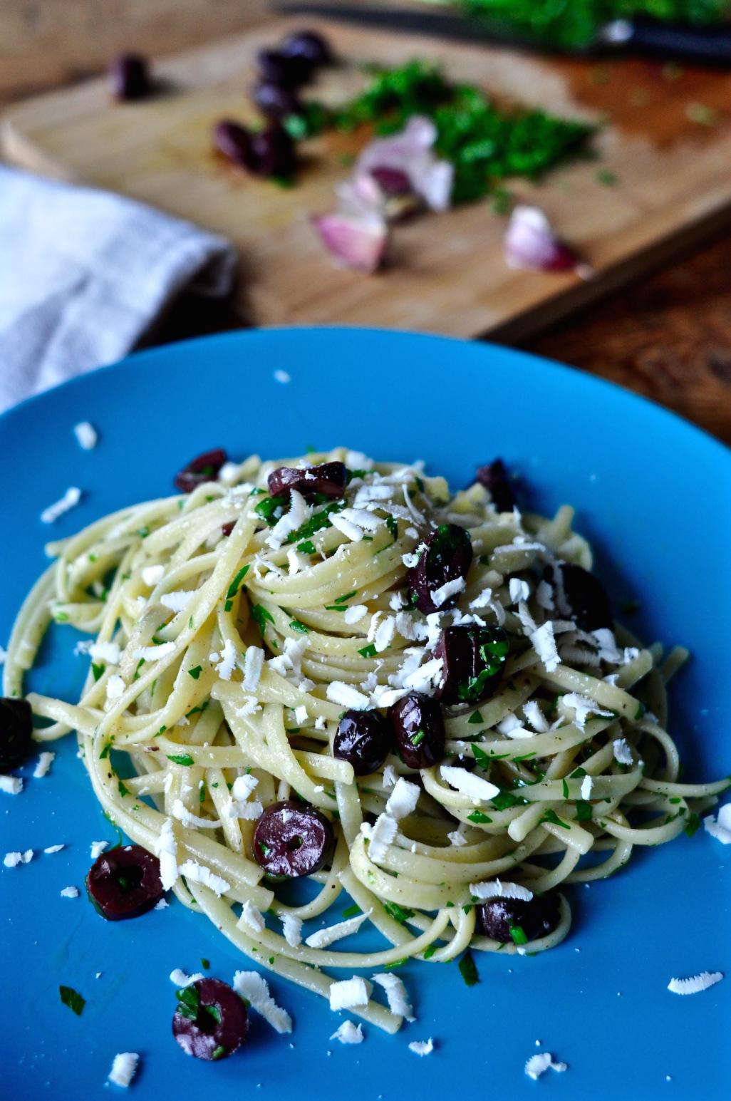Μακαρονάδα με ελιές & σκόρδο – Pasta with garlic & Kalamata olives