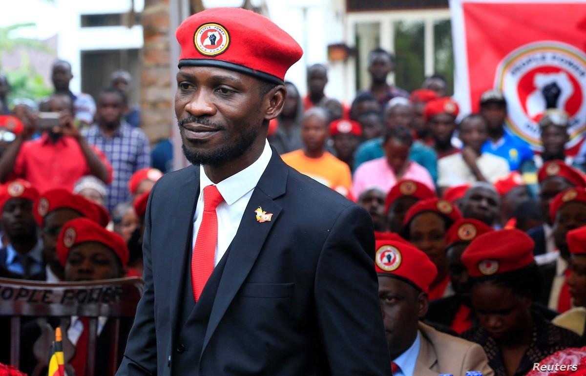 Αυτός είναι ο pop star που απειλεί να εκθρονίσει τον πρόεδρο της Ουγκάντα