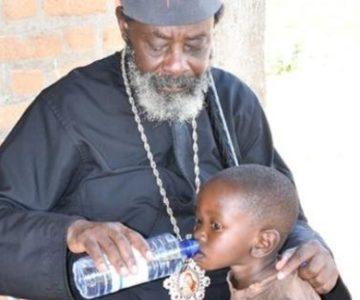 Πίνοντας τον Αγιασμό από το χέρι του Δεσπότη…