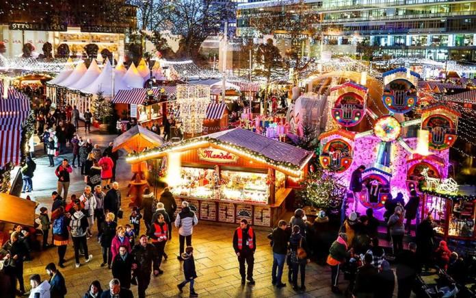 Ο Έλληνας που ανάβει τα χριστουγεννιάτικα φώτα σε 80 χώρες
