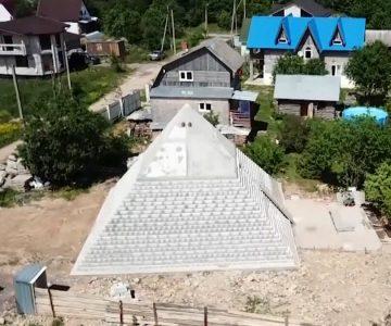 Ζευγάρι στη Ρωσία χτίζει πιστό αντίγραφο της Μεγάλης πυραμίδας της Γκίζας στην αυλή του σπιτιού του