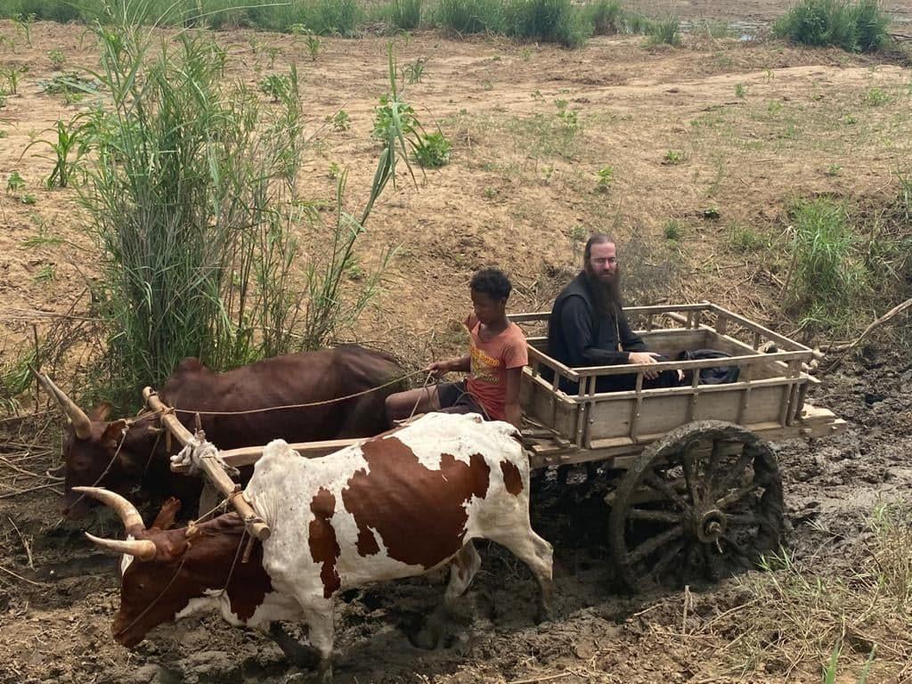 Ο Επίσκοπος Τολιάρας ταξιδεύει σε δύσβατα χωριά