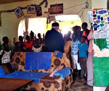 Ο Δεσπότης τραγουδάει με τα παιδιά στο Ορφανοτροφείο