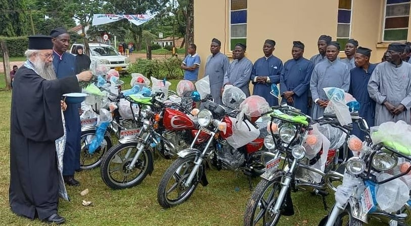 Αγόρασαν μοτοσυκλέτες για τους 35 ιερείς της Μπουκόμπα